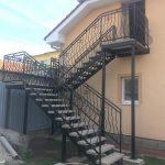 vonkajšie oceľové schody na mieru s kovaným zábradlím