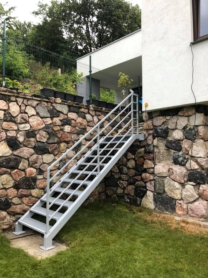 biele exteriérové schody na prvé poschodie zo záhrady na mieru