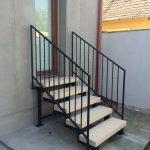 krátke exteriérové schodisko tyčovým zábradlím