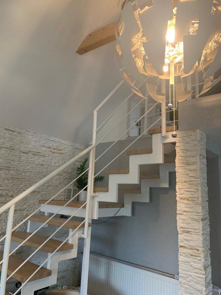 Samonosné schody v interiéri na mieru biele so zábradlím