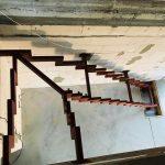 horný pohľad pokládky interiérových schodov na mieru v dome