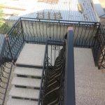 horný pohľad na dizajnové zábradlie schodov na mieru v exteriéri