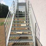 kovové exteriérové schody na mieru so zábradlím