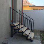 jednoduché a účelné exteriérové schodisko do domu s tyčovým zábradlím