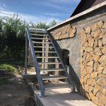 kovová konštrukcia exteriérových schodov na mieru
