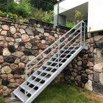 biele kovové exteriérové schody na terasu na mieru