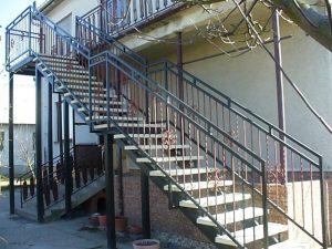tyčové exteriérové schody na mieru čierne