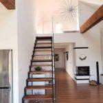 dizajnové interiérové schody na mieru so skleneným zábradlím