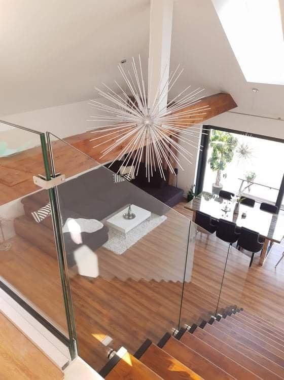 dizajnové interiérové schody na mieru so skleneným zábradlím a drevenými nášľapmi